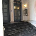Bürohaus am Untermainkai 20 - Der Eingangsbereich-Eingang rechts (Aufzug zum 4. Stock)